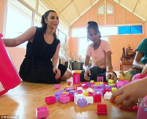 Kim Kardashian, left, with Pink (Photo credit: E! news)